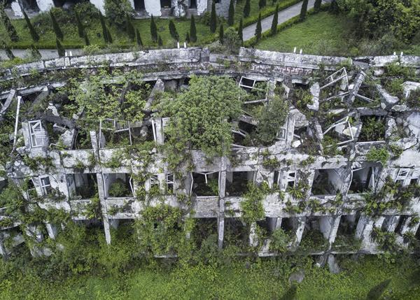 映秀漩口中学的宿舍楼遗址已经长满青草和灌木。 视觉中国 图
