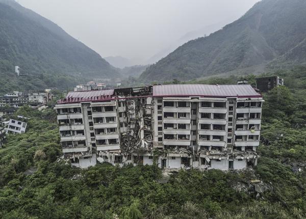 北川县城的电力公司在地震中是少数没有整体坍塌的建筑。 视觉中国 图