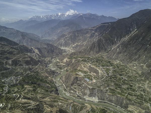 岷江河水在汶川的大山之间蜿蜒流淌,远眺可见皑皑雪山,许多地震时候的痕迹已悄然被植被覆盖。 视觉中国 图
