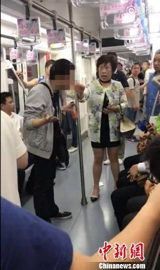 上海地铁一男子多次吐痰遭怒斥最高或被罚500元
