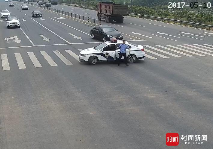 成都民警开警车霸道拦路?原是为扶老人过马路
