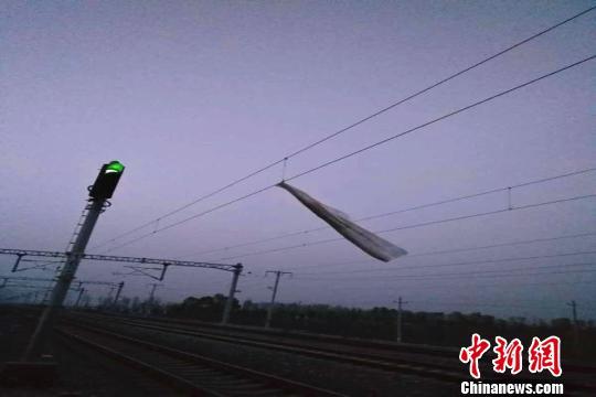 山西铁路接触网频遭轻飘垃圾侵袭逼停列车19起