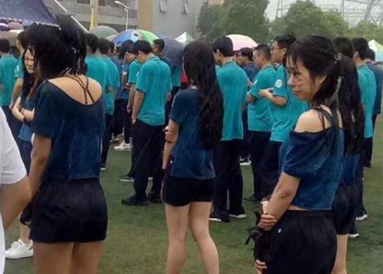 """上海一高校回应""""学生雨中参加运动会"""":大雨突降"""