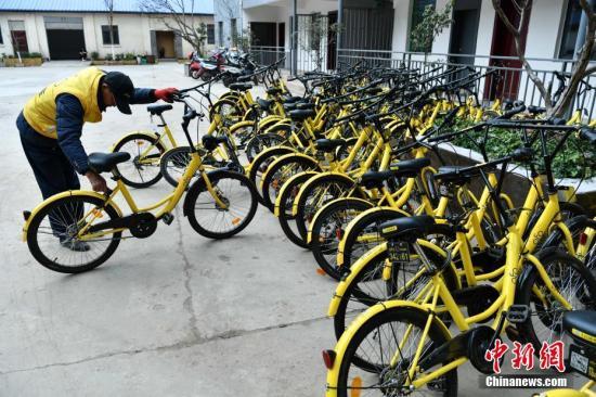 资料图:一批损坏的共享单车停在昆明市区一个院子内等待被修理后返回市场。中新社记者 任东 摄