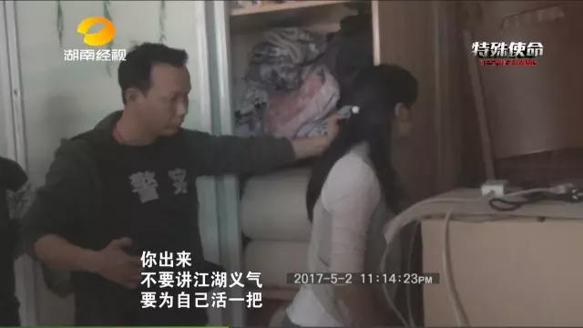 五个小时后,张华陌的心理防线彻底崩溃。下午1点30分左右,张华陌主动将枪支从二楼窗户扔出,特警武警冲入房中,将他擒获。