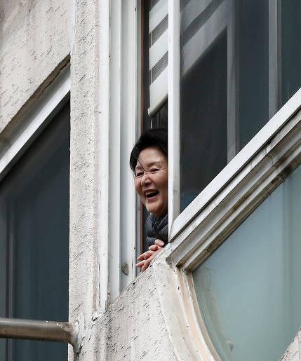 5月13日上午,韩国第一夫人金正淑女士正在弘恩洞总统私邸准备搬家事宜,新任总统一家定于今日搬往青瓦台。