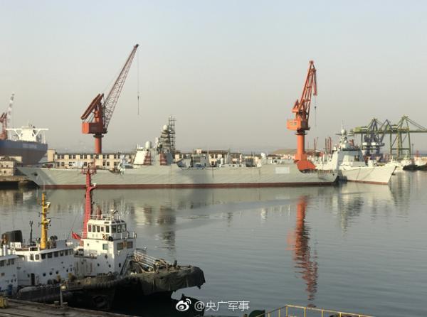大连船厂052D建造近况曝光:已下水正进行舾装