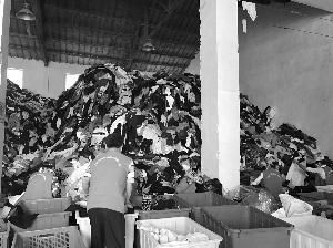 快递员小王发现,在他工作的南京江宁区天地新城小区,每隔4天,就会有一辆白色的大通汽车在小区各个旧衣回收箱前停留,把居民放在里面的旧衣服打包带走。目前南京90%以上的小区都有了旧衣回收箱。这些回收的旧衣服,最后去了哪里?近日,现代快报记者走进旧衣回收处理现场,一探究竟。