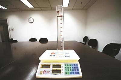 北青报记者以1000毫升水为电子秤做测试