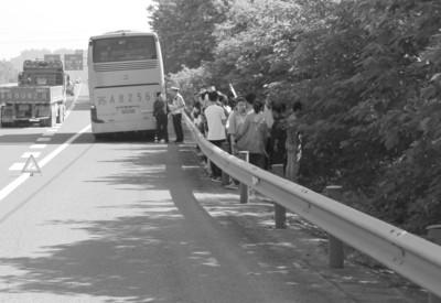 满载学生大巴轮胎冒烟被交警截停刚停下就爆胎