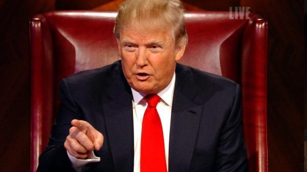 """在《学徒》中扮演大老板的特朗普,指向被淘汰的选手,厉声说道:""""你被炒了""""。(NBC)"""