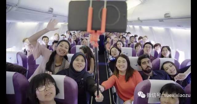 (兴奋的各国青年代表在飞机上合影)