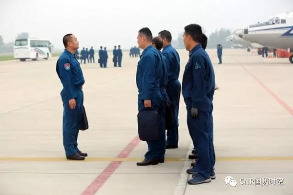 飞行机组下达任务。