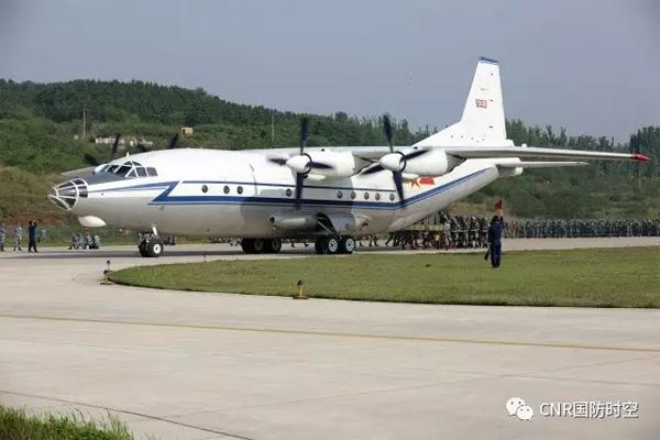 机务人员与地面伞降人员协同配合。