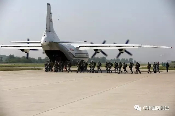战鹰搭载伞兵准备起飞。