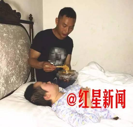 在成都某宾馆,赵明东照顾瘫痪在床的黄芸 摄影 潘俊文