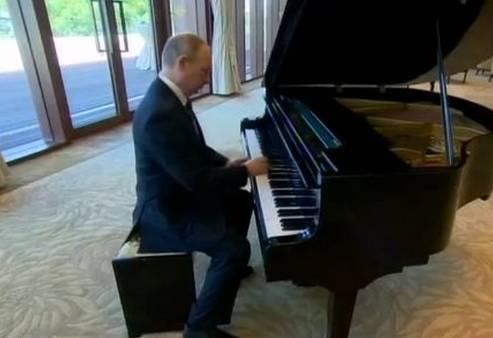"""外事儿注意到,普京是即兴弹钢琴的,他先弹奏了一段《涅瓦河畔的城市》,停顿了一下,就开始弹奏《莫斯科之窗》。这样不经意地""""秀才艺""""果然又让他圈粉无数,相关微博在网上点赞超过4.2万次,网友们纷纷表示,普京真是能文能武,可谓是""""全能王""""、""""开挂般的存在""""。"""