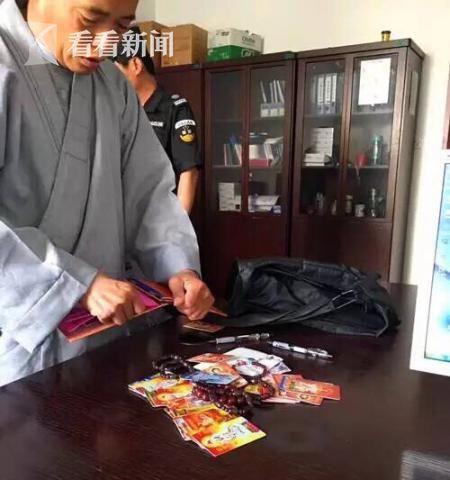 """5月12日,上海站派出所民警抓获了两名身穿""""袈裟""""的""""高僧"""",其在上海站南广场向往来旅客""""化缘"""",但却因涉嫌诈骗而被民警带回派出所进行调查。"""
