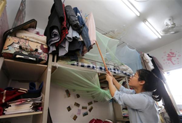 汤丽莎大学3年的所有衣物,她没有买过新的衣服,要么是从家带来的,要么是别人送的。 摄影记者 刘海韵