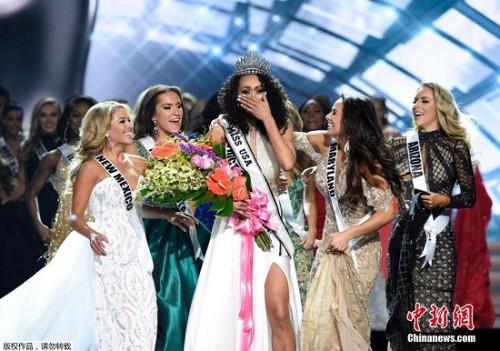 当地时间5月14日,美国拉斯维加斯,2017年度美国小姐总决赛,最终华盛顿特区小姐麦卡洛夺冠,现场激动落泪。