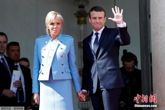 马克龙与夫人布丽吉特·特罗尼厄在权力交接仪式后向卸任总统奥朗德道别。