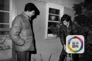 科米(左)和弟弟在人质案后在案发现场。