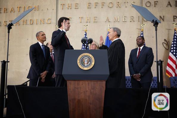 """去年以来,从希拉里的""""邮件门""""到特朗普的""""通俄门"""",美国上演的一出出政治大戏让华盛顿政局形同乱麻,其中一个重要的绳结正是由科米掌握。"""
