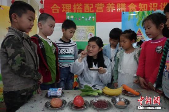 资料图:安徽一所幼儿园请营养师给小朋友们讲解膳食营养搭配。中新社记者 张娅子摄
