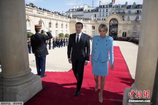 当选总统马克龙在权力交接仪式后送别卸任总统奥朗德。