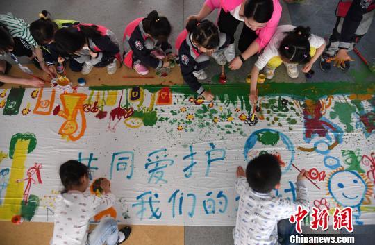 资料图:江西省一所幼儿园的小朋友在创作保护地球主题绘画作品。 周亮 摄