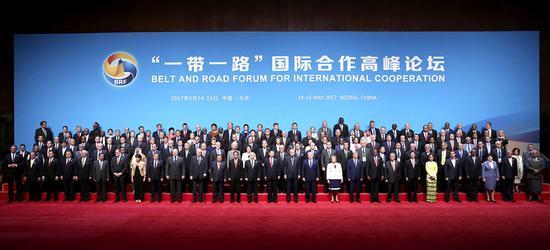 """5月14日,国家主席习近平在北京出席""""一带一路""""国际合作高峰论坛开幕式,并发表题为《携手推进""""一带一路""""建设》的主旨演讲。这是习近平同出席""""一带一路""""国际合作高峰论坛的代表们合影。新华社记者 庞兴雷 摄"""
