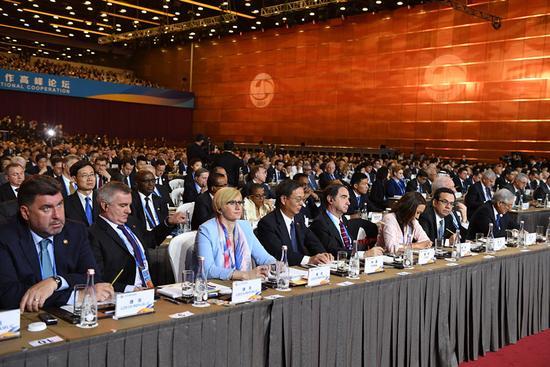 """5月14日,""""一带一路""""国际合作高峰论坛开幕式在北京国家会议中心举行。这是出席高峰论坛的代表在开幕式上。 新华社记者 李学仁 摄"""