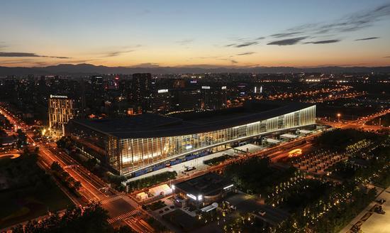 5月14日在玲珑塔上拍摄的北京国家会议中心及周边夜景。新华社记者 殷刚 摄