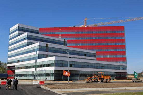 5月12日在白俄罗斯明斯克机场附近的中白工业园拍摄的即将交付使用的办公楼。 新华社记者 魏忠杰 摄