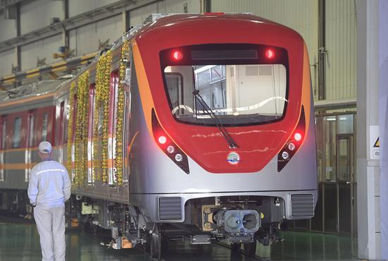 """下线仪式上的巴基斯坦拉合尔轨道交通""""橙线项目""""首列地铁列车(5月15日摄)。这一项目系中巴经济走廊早期收获和示范性项目,也是""""一带一路""""倡议背景下中巴合作的示范项目。新华社记者 龙弘涛 摄"""