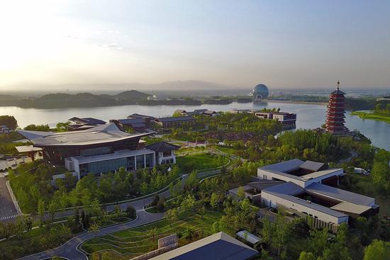 无人机航拍的雁栖湖(5月6日摄)。怀柔雁栖湖国际会议中心是此次高峰论坛的主会场。新华社记者 李鑫 摄