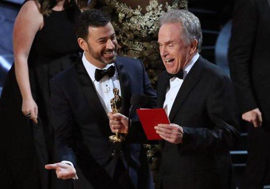 今年奥斯卡出现嘉宾拿错信封颁错奖的乌龙事件