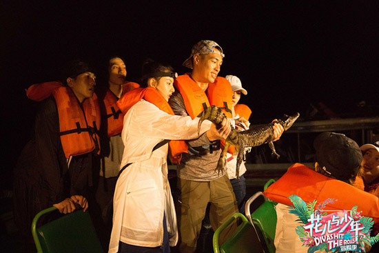 花少团夜游亚马逊探寻鳄鱼 危险恐怖一触即发