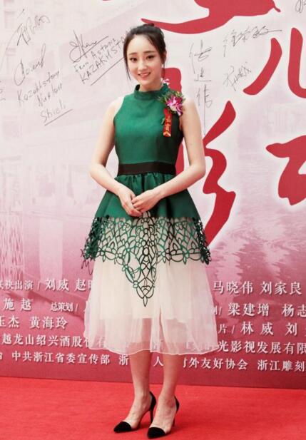 徐歆雨惊艳亮相《女儿红》发布会 央视一套黄金档开
