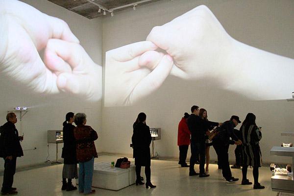 观众观看《手》郑宏昌视频作品