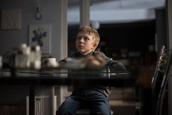 电影聚焦一个濒临崩溃的中产家庭