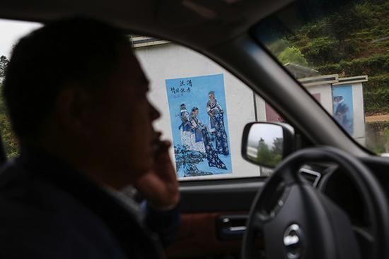 """""""巡山""""途中,聂德友电话片区负责人,安排当日工作。 本文图均为 澎湃新闻见习记者 刘嘉炜"""