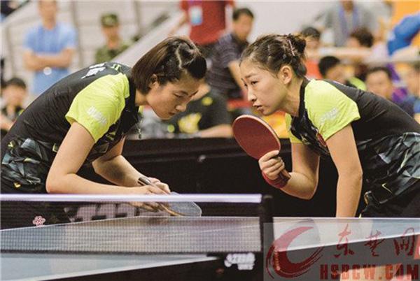 国乒女队在黄石体育馆举行了一场内部对抗赛,图为丁宁与刘诗雯。东楚晚报 图