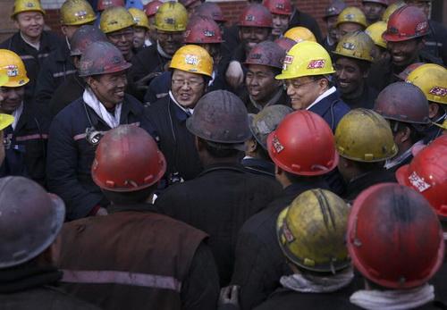 """掘进工人梁芮铭,从爷爷开始一家三代都在煤矿工作。在他的记忆里,""""煤黑子""""、""""黑哥们儿""""一直是人们对煤矿工人的称呼。"""