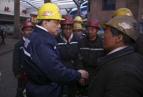 """""""你们常年在黑暗的井下工作,却照亮了他人。""""李克强说,""""有人说你们是'煤黑子',我说你们是'煤亮子'。你们不仅是山西的脊梁,更是国家的脊梁。"""""""