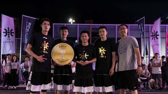 3+1赛事负责人周川为冠军队伍Kings队颁发奖牌