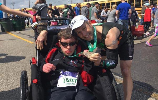 美国跑步教练轮椅推残疾人完赛全马获波马资格