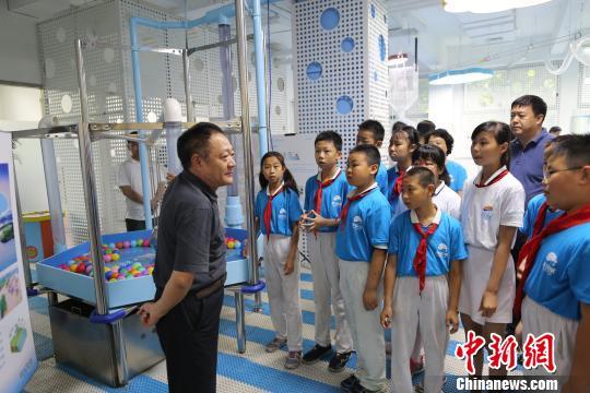 """2017年全国科技活动周5月20—27日在京举行,主题为""""科技强国创新圆梦""""。作为活动周科普活动之一,水玩家儿童科技探索馆体验活动在此间举行。 高萌 摄"""