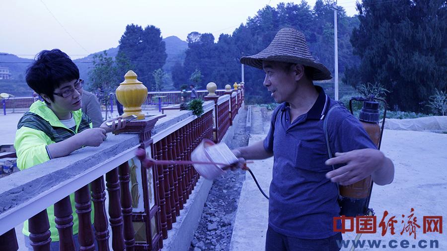 在后坝广场跟村民聊天