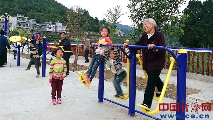 后坝村民在广场上休闲娱乐